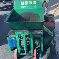 阿克苏过境公路沥青砂拦水带滑模机