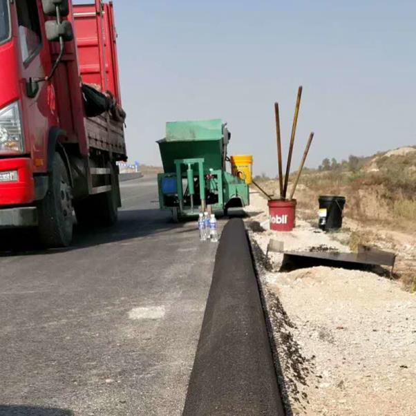 哈密沥青砂拦水带机施工案例