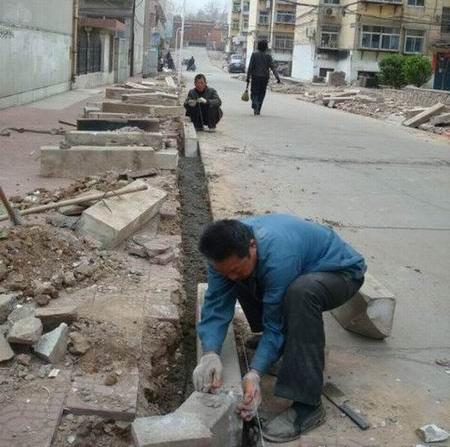 人工侧缘石安装现场