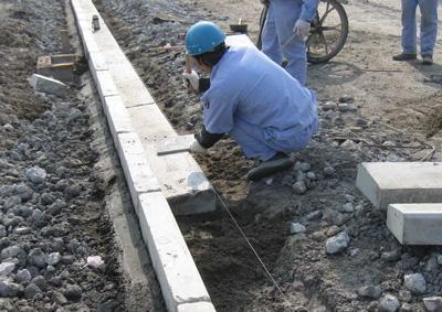工人正在安装平石
