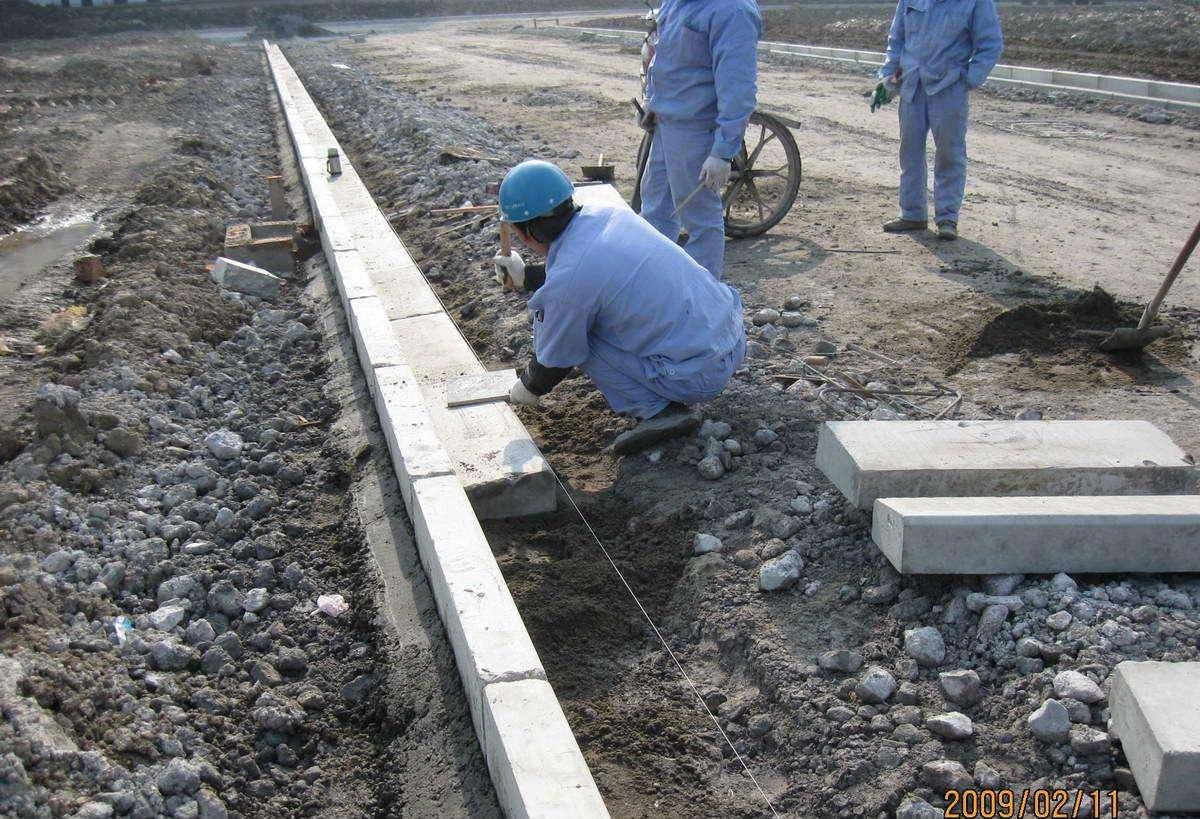 人工安装拼接路沿石